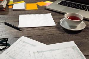 skrivbordsblandning på ett träkontorsbord foto