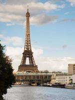 paris tunnelbana och eiffeltornet foto