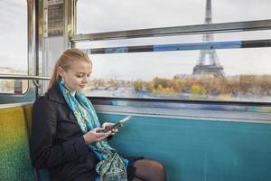 vacker ung kvinna i parisisk tunnelbana foto