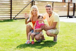 lycklig familj som kramar utomhus foto