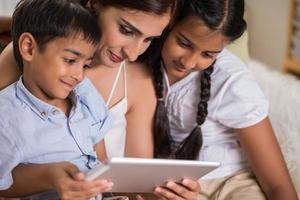 familj med digital surfplatta foto