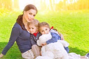 lycklig familj utomhus foto