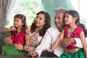 indisk familj som ser åt sidan
