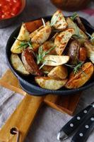 bakade potatis i en stekpanna foto