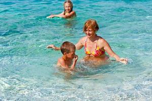 familys sommarlov på havet (Grekland). foto