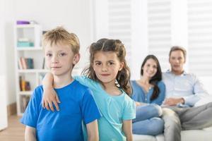porträtt av en familj hemma childs i förgrunden