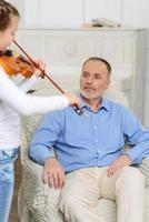 liten flicka som spelar fiol foto