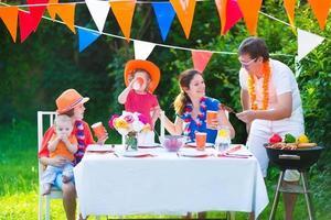 holländsk familj med grillfest foto