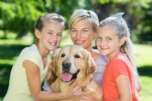 lycklig familj med sin hund foto