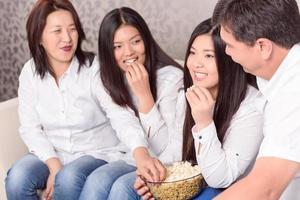 familjen hemma på tv och tittar på filmer foto