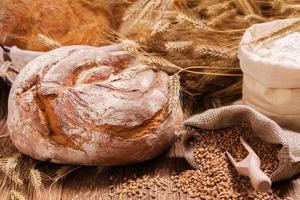 sammansättning av färskt bröd, spannmål och säd. foto