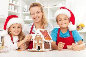 glad julfamilj i köket foto
