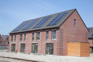 nya familjhem med solpaneler på taket foto