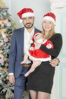 familjeporträtt nära julgranen. foto