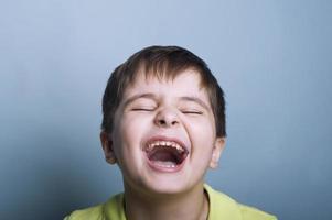 gråtande pojke foto