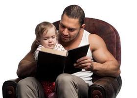 far läser bok till dotter foto
