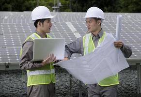 två asiatiska industriella ingenjörer på jobbet.