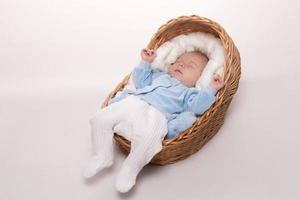 nyfött barn sover i korgen foto