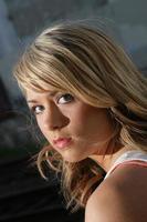 närbild vacker ung kvinna urban porträtt huvud skott foto