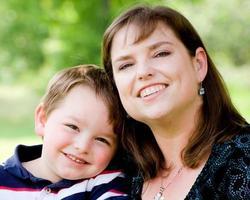 porträtt av mor och son på mors dag foto