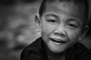 porträtt av liten pojke med ljus och skugga behandling foto