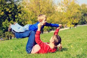 mamma och son som leker utomhus foto