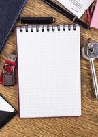 öppen anteckningsbok på skrivbordsbakgrund foto
