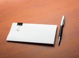papper och penna på skrivbordet foto
