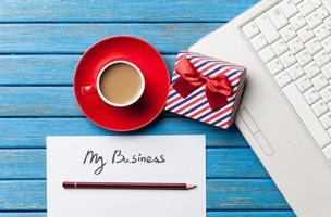 kaffe och papper med min affärsinskrift nära anteckningsboken foto