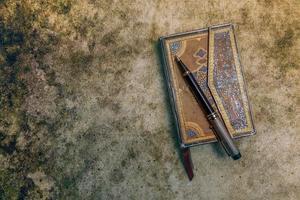 åldern bok med penna, retrostil foto