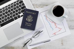 skrivbord med ekonomiska data för pensionering eller semesterplanering foto