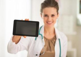 närbild på läkare kvinna visar tablet pc blank skärm foto