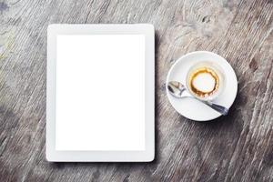tom digital tablett med kopp kaffe foto