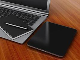 arbetsplats med digital surfplatta, bärbar dator och anteckningsblock med penna.