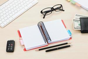 kontorsbord med pc, leveranser och pengar kontanter foto