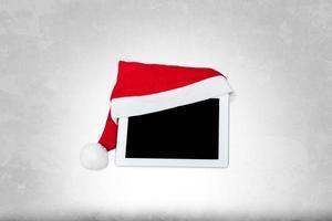 ovanlig surfplatta med jultomtenhatt foto