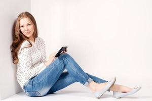 ung skönhet student tjej med surfplatta foto