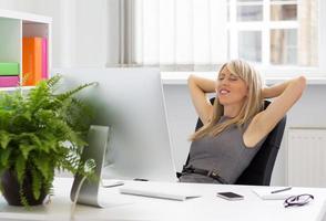 avslappnad kvinna njuter av framgångsrik dag på jobbet foto
