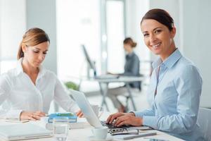 framgångsrika kvinnliga företagare på jobbet foto
