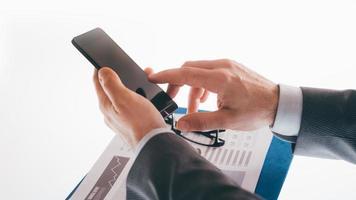 affärsman som använder en smart telefon foto
