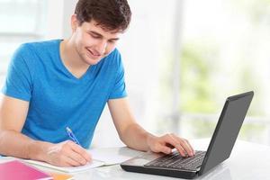 högskolestudent som använder internet foto