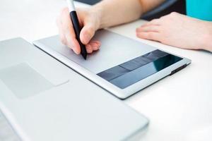 grafisk designer som arbetar på digital surfplatta foto