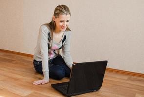den vackra kvinnan med den bärbara datorn foto