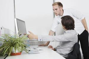 unga företag på kontoret foto