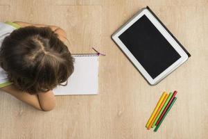 liten flicka som gör läxor foto