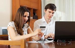 man med hustru som köper online foto