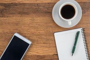 surfplatta, anteckningsbok och penna med en kopp kaffe foto
