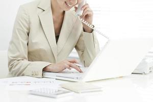 affärskvinnan som driver en anteckningsdator foto