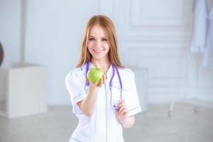 porträtt av en leende sjuksköterska framför