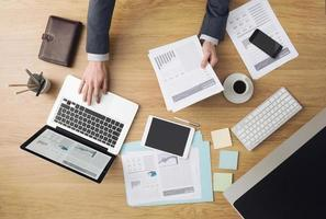 affärsman på jobbet kontrollerar finansiella rapporter foto